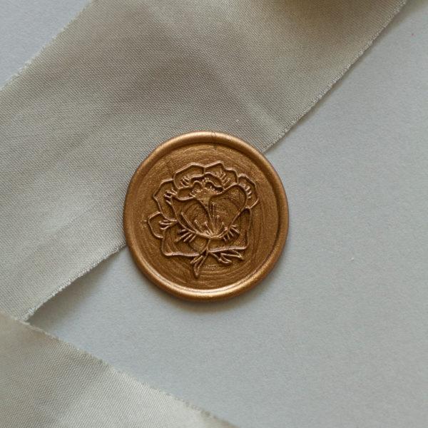 Goegel gold mit Rosenmotiv