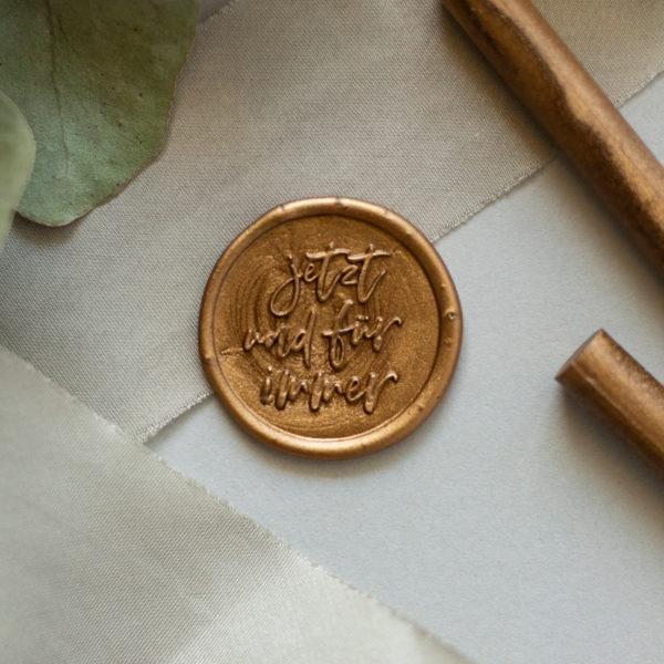 goldenes Wachssiegel auf Seidenband
