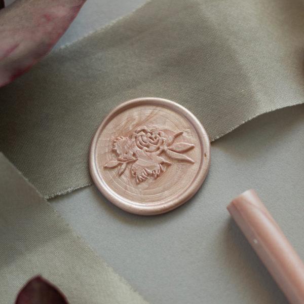 Wachssiegel rosafarben mit Blumenmotiv auf Seidenband