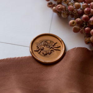 Wachssiegel Kupfer mit Blumenmotiv auf Seidenband