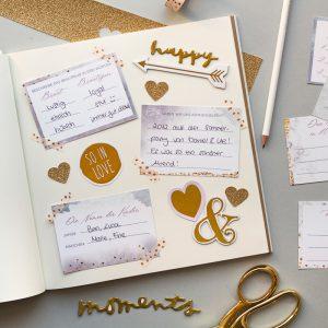 Aufgeschlagenes Gästebuch zur Hochzeit mit Fragekarten zum Ausfüllen