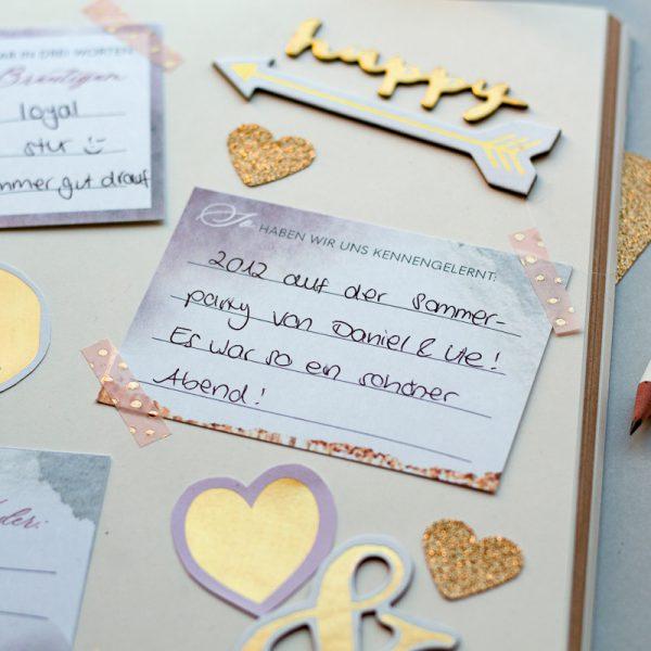 Aufgeschlagene Seite im Gästebuch mit Fargekarten