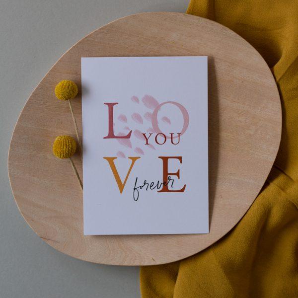 Love you Karte auf Holzteller mit Trockenblumen