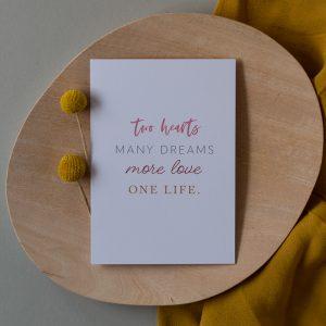 Liebesbotschaft Karte auf Holzteller mit Trockenblumen