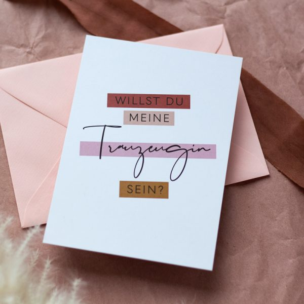 Trauzeugin Karte liegt auf rosa Kuvert
