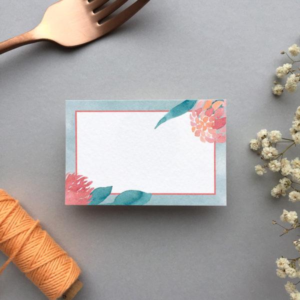 Namensschild mit Garnrolle und Trockenblumen