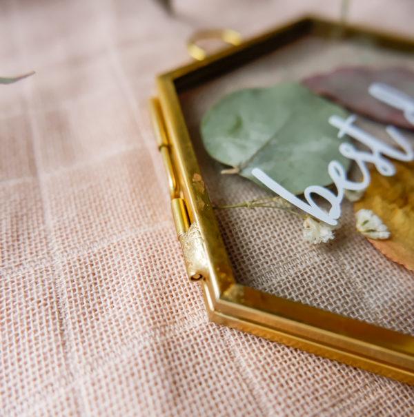 sechseckiger Bilderrahmen gold mit Trockenblumen