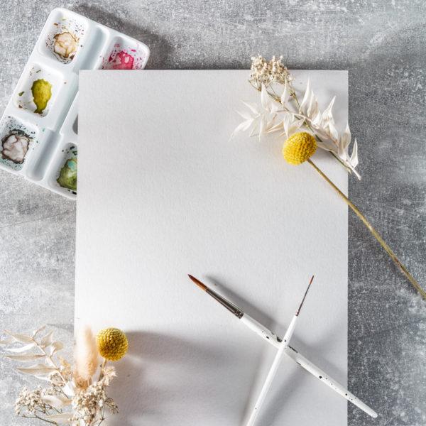 Papier mit Pinsel und Farben