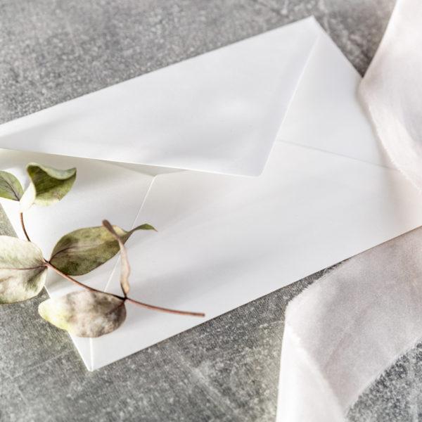 hochwertiges Kuvert mit Seidenband udn Eukalyptus